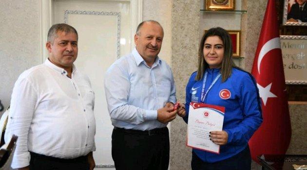 Başkan Tavlı, Şampiyon Sporcuyu Ödüllendirdi