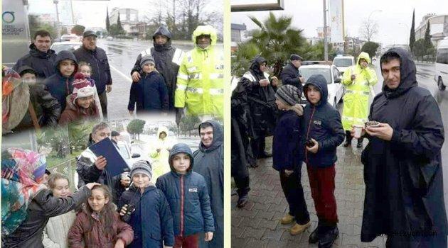 Öğrencilerden Polisleri  Duygulandıran Davranış