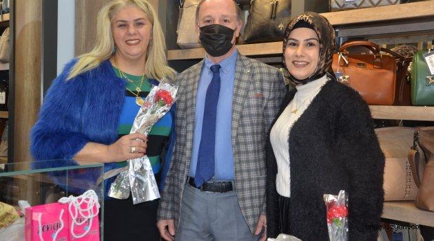 Ünye Ticaret Ve Sanayi Odası Başkanı İrfan Akar ve yönetimi, 8 Mart Dünya Kadınlar Günü nedeniyle karanfil dağıttı